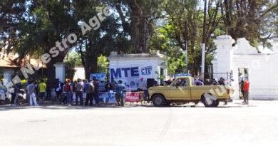 Agrupaciones sociales se concentraron frente a la Rural de Santa Fe para repudiar a la entidad y avalar la toma de tierras